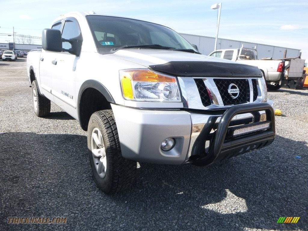 2015 Titan SV Crew Cab 4x4 - Brilliant Silver / Charcoal photo #1
