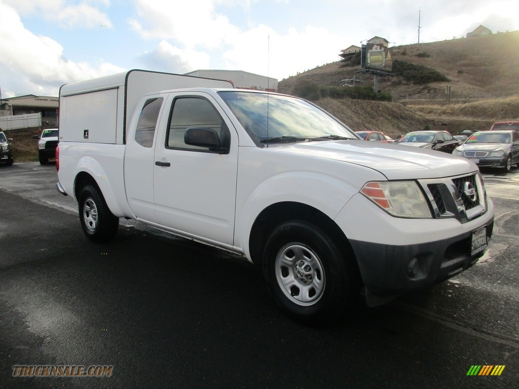Avalanche White / Graphite Nissan Frontier XE King Cab